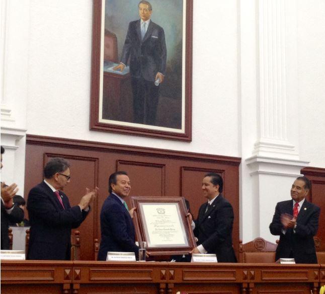 Alfredo Barrera Baca y Humberto Benítez Treviño aplauden mientras César Camacho sostieniene el reconocimiento entregado por Jorge Olvera García.